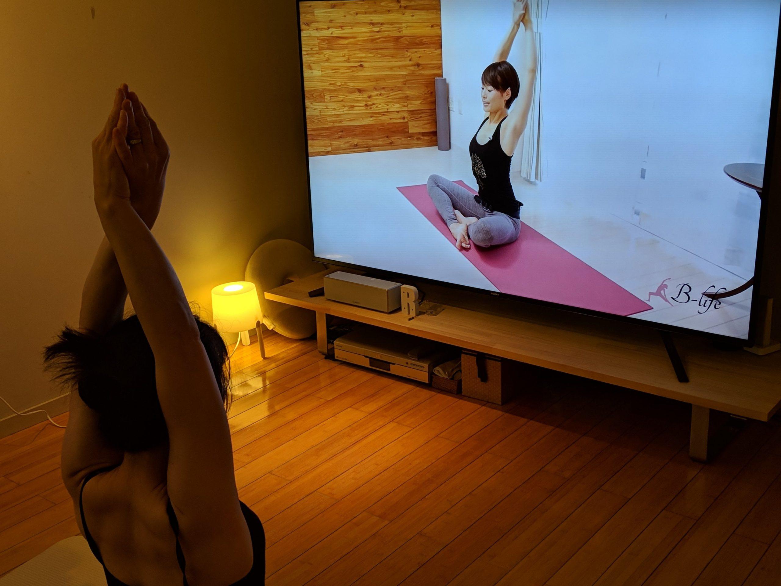「B-Lifeまりこさん動画で自宅ヨガ」の風景