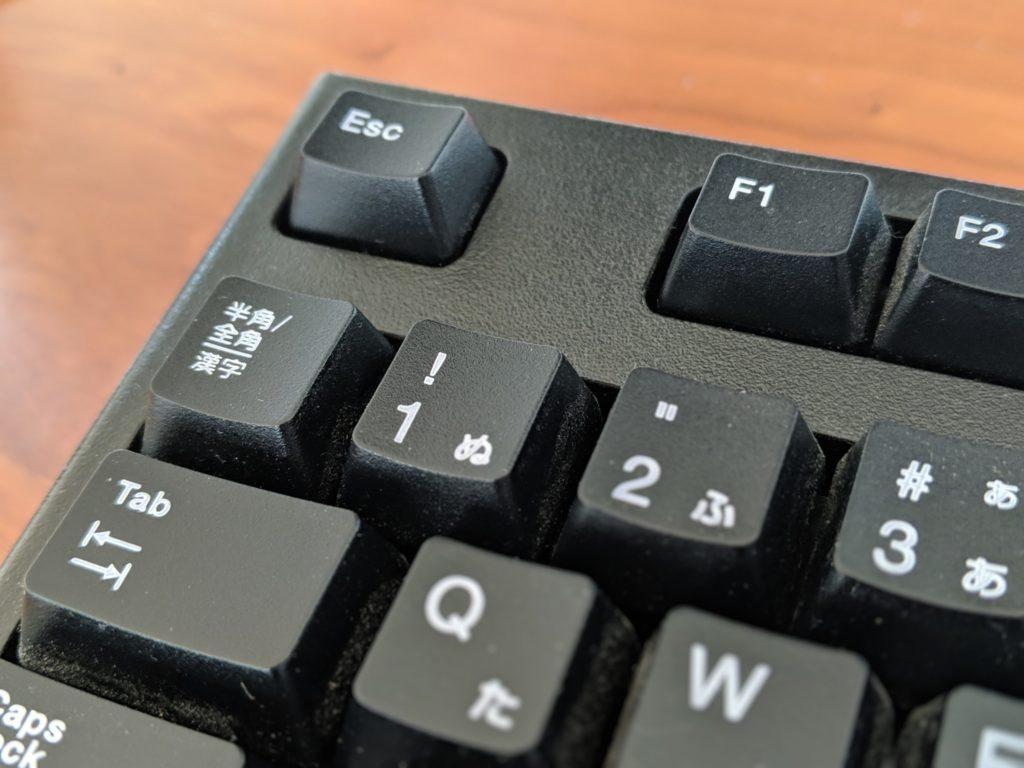 キーボード左上に、Tab、半角/全角、Escがある