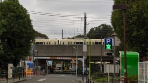 小田急線が通り過ぎる高架。 場所が小田急アプリにも表示されるのが、感動的