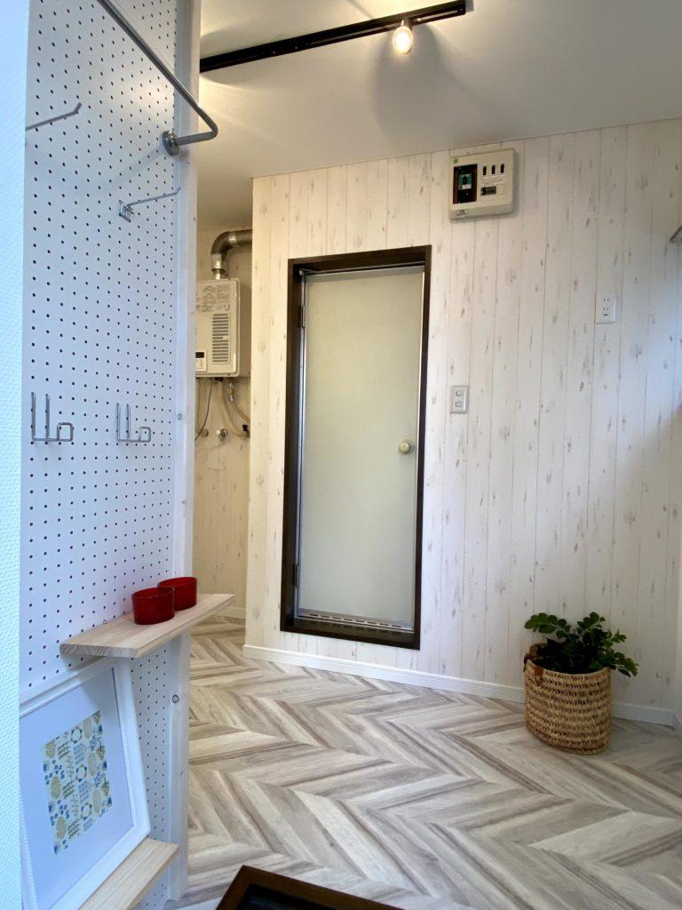 ヘリーボーンの床材が迎える玄関