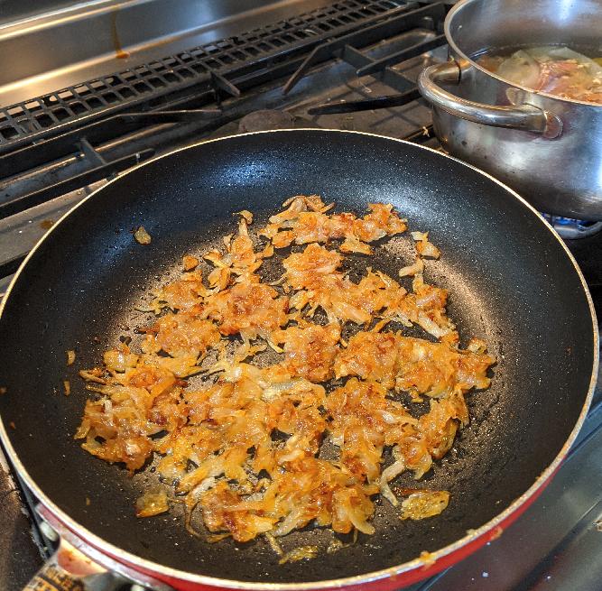 カレー制作 - 玉ねぎ炒め(かなり進んだ)