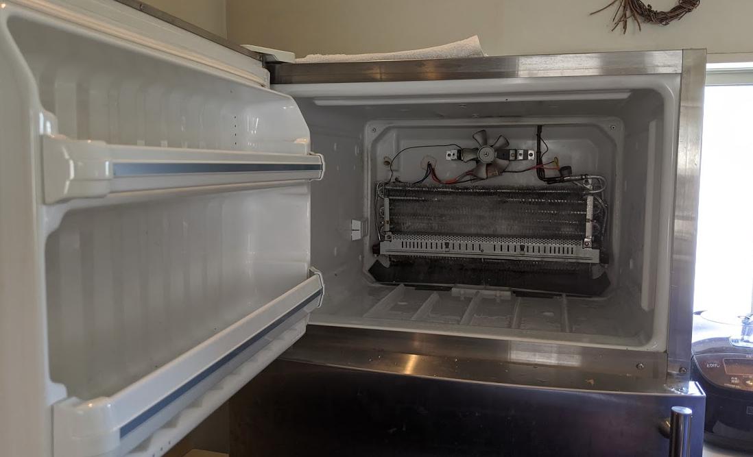GE冷蔵庫の冷蔵室解体中